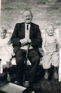 Album Familiebesøg på Hovvejen - Farfar med børnebørn