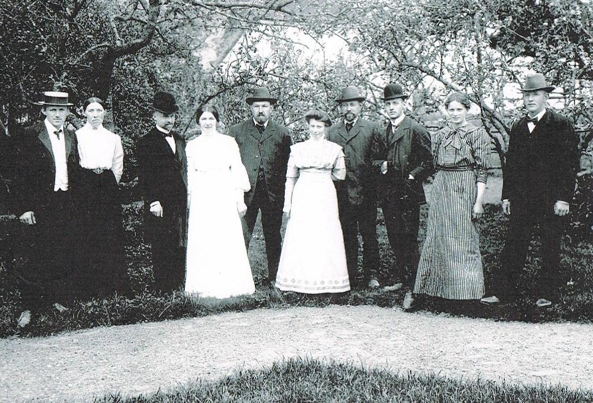 Familien Knudsen i haven